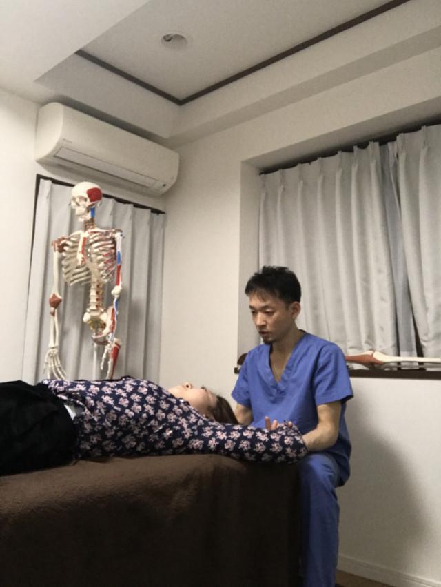 肩コリや首のコリ、四十肩・五十肩などの肩関節周囲炎、背中の痛み、腰痛、膝の痛みに対しても、当院では全身を施術します。